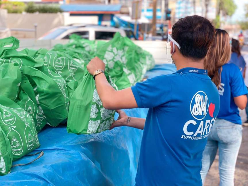 SM City Puerto Princesa donates Christmas Packs to tourism boatmen, IPs